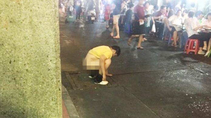 หนุ่มจีน อึ กลางถนน